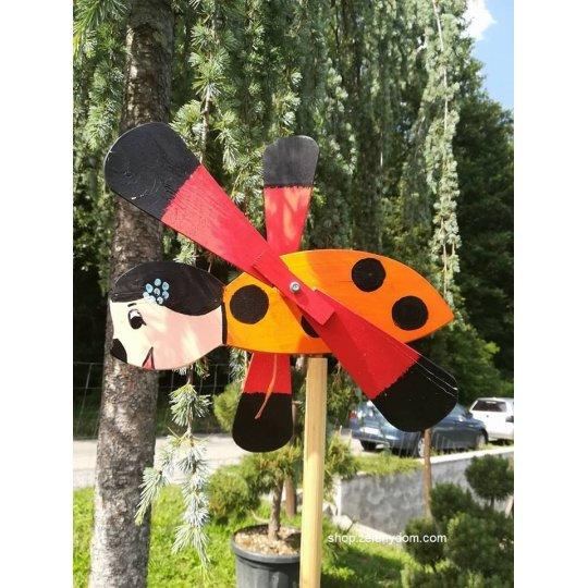 Lienka vrtuľka, Záhradná dekorácia drevená