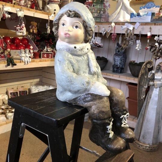Vianočná figúrka sediaceho chlapčeka