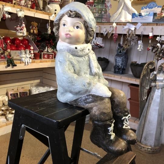 Vianočná figúrka sediaceho chlapčeka, 42cm