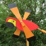 Papagáj vrtuľka, Záhradná drevená dekorácia