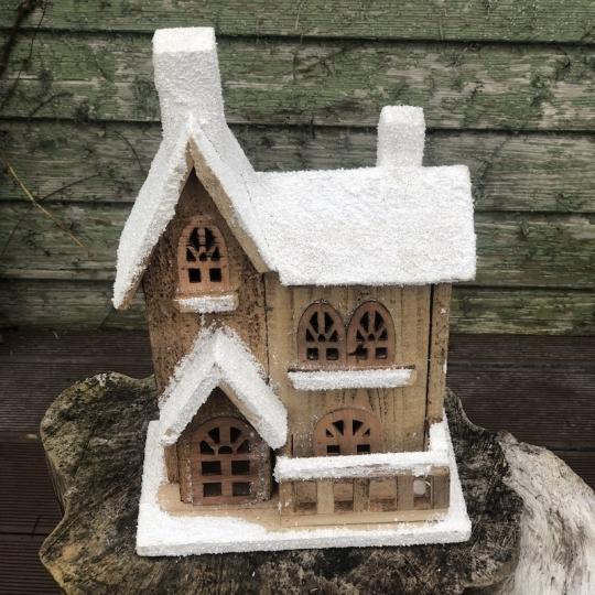 Drevený zasnežený vianočný domček, 32cm