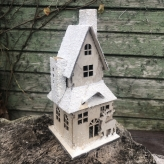 Drevený zasnežený domček, 20cm