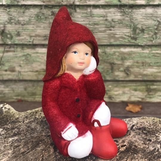 Sediace dievčatko v červenom flisovom kabátiku, polyresin, 13cm