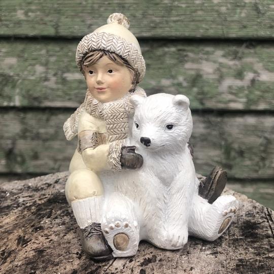 Sediaci chlapček s ľadovým medveďom - polyresin, 9cm