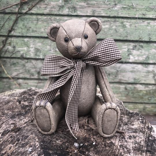 Sediaci vianočný medveď s mašľou - polyresin, 14cm