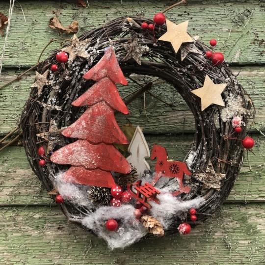 Vianočný veniec na dvere s červeným stromčekom, 31cm