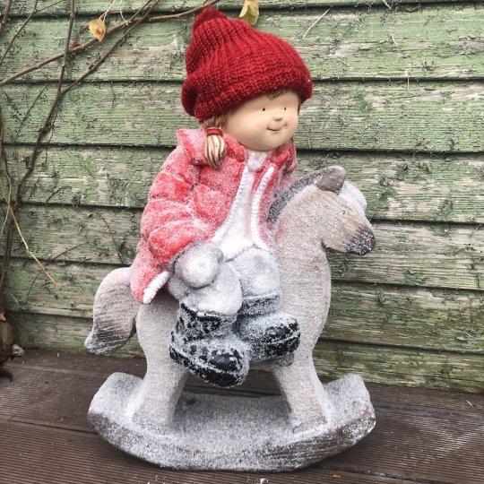 Dievčatko s červenou pletenou čapicou na hojdacom koníkovi, 58cm
