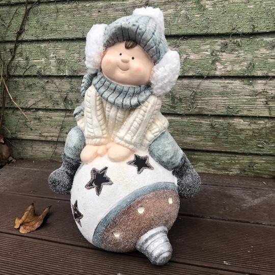 Chlapec s čapicou na vianočnej guli, 45cm