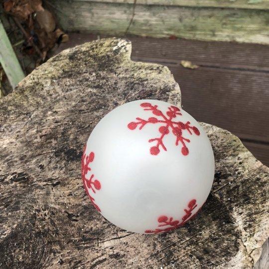 Vianočná guľa biela s červenou vločkou, ručná výroba, 9cm