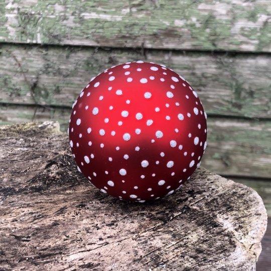 Vianočná guľa červená s bielymi bodkami, ručná výroba, 9cm