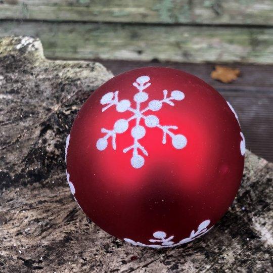 Vianočná guľa červená s bielymi vločkami, ručná výroba, 9cm
