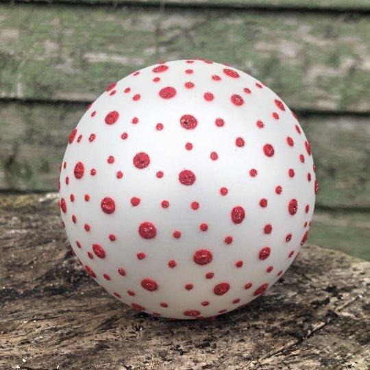 Vianočná guľa biela s červenými bodkami, ručná výroba, 9cm